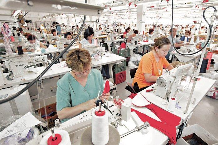 """Cel mai mare client al fabricilor de îmbrăcăminte din România? Peste 5.000 de croitorese şi cusătorese pun """"made in RO"""" pe hainele gigantului britanic Asos. Brandul lucrează cu peste 60 de fabrici în România, o treime din totalul unităţilor de producţie de la nivel european"""
