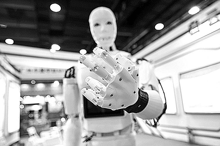 PwC: Mai mult de jumătate dintre consumatori  sunt dispuşi să înlocuiască medicii cu inteligenţa artificială şi roboţi