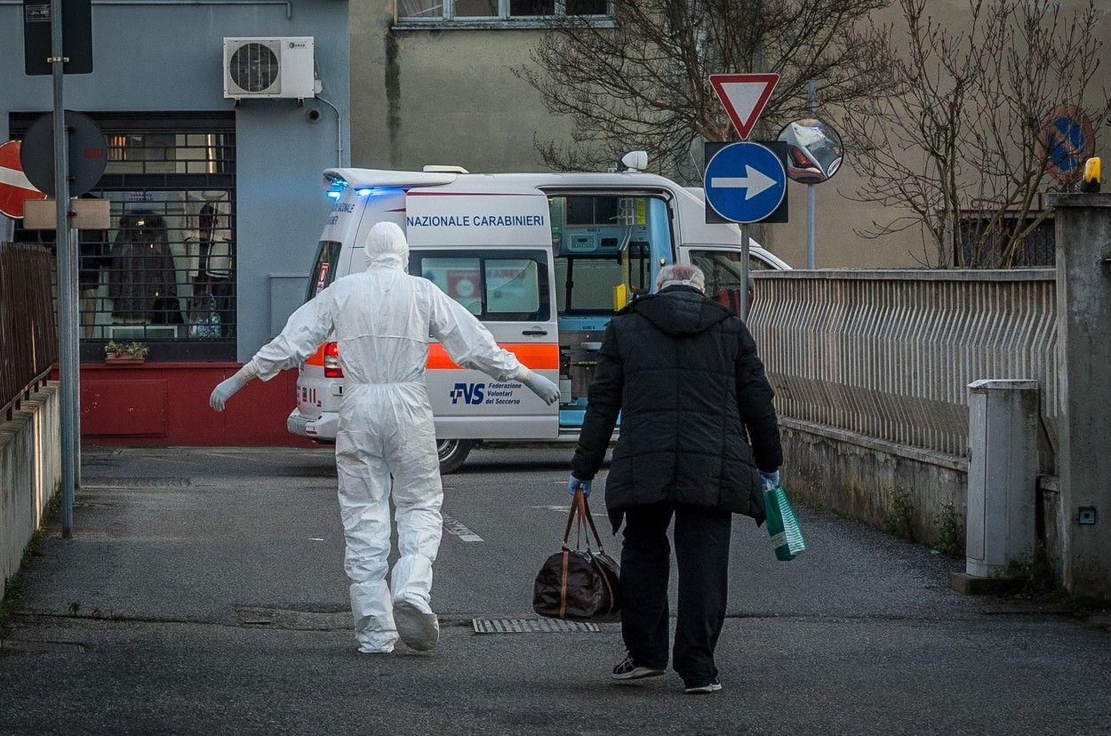 Un medic rezident de la Unitatea de Primiri Urgenţe a Spitalului de Urgenţă Craiova s-a echipat cu saci de gunoi, prinşi cu leucoplast, halat de unică folosinţă, neimpermeabil, şi cu o vizieră împrumutată de la o colegă, pentru a consulta un pacient suspect de infecţie cu noul coronavirus.