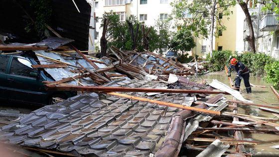 Efectele Codului galben de vânt: Acoperişul unui bloc din Sibiu a căzut peste maşini