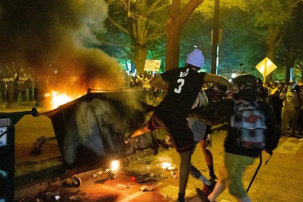 Revoltă fără precedent în America: Uciderea de către poliţie a ...