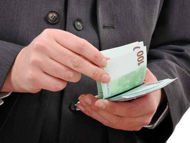 Bancherii rămaşi fără clienţi coboară sub 10% dobânzile la creditele de consum