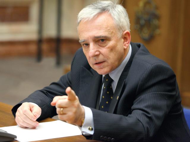 Isărescu, BNR: Gestul celor care au aruncat cu bani pe treptele BNR echivalează cu terfelirea tricolorului sau cu fluieratul atunci când se cântă imnul naţional