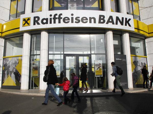 Raiffeisen vrea să ajungă la o înţelegere cu cei care au credite în franci elveţieni: lansează o ...
