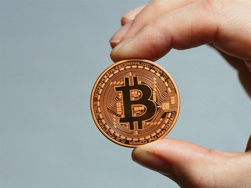 Pieţele de acţiuni scad, bitcoinul intră sub 8.000 de dolari pe unitate, ceea ce face ca atenţia investitorilor să se mute spre aur şi argint