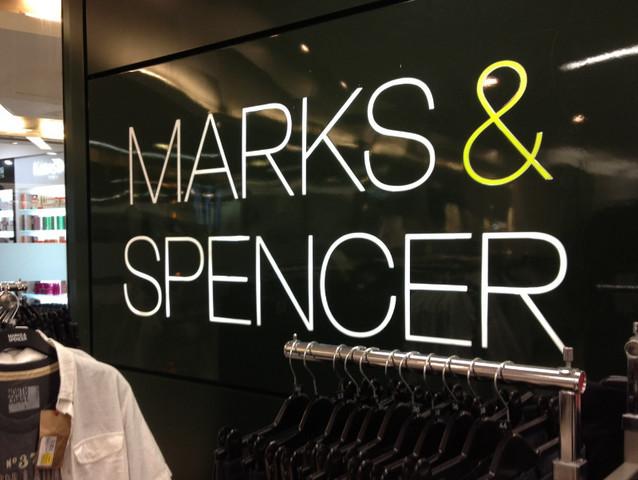 Acţiunile retailerului de îmbrăcăminte Marks & Spencer, cu magazine şi în România, au scăzut joi cu peste 11% după ce compania a anunţat venituri mai mici
