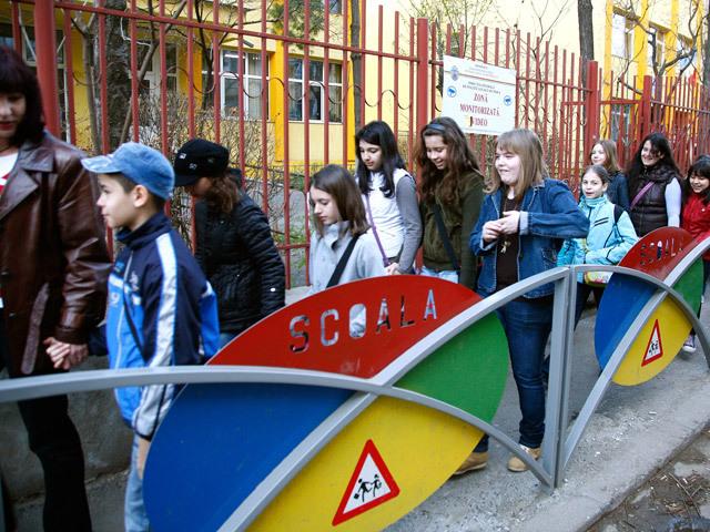 """SPECIAL ZF. Supraaglomerarea din şcolile din Bucureşti: În şapte şcoli şi licee din Capitală elevii vor învăţa în trei schimburi, în jumătate dintre şcoli în două schimburi. Părintele unui copil care intră în clasa zero: """"Până în acest moment, în şcoală nu s-au făcut clasele şi nici nu se cunosc învăţătoarele"""""""