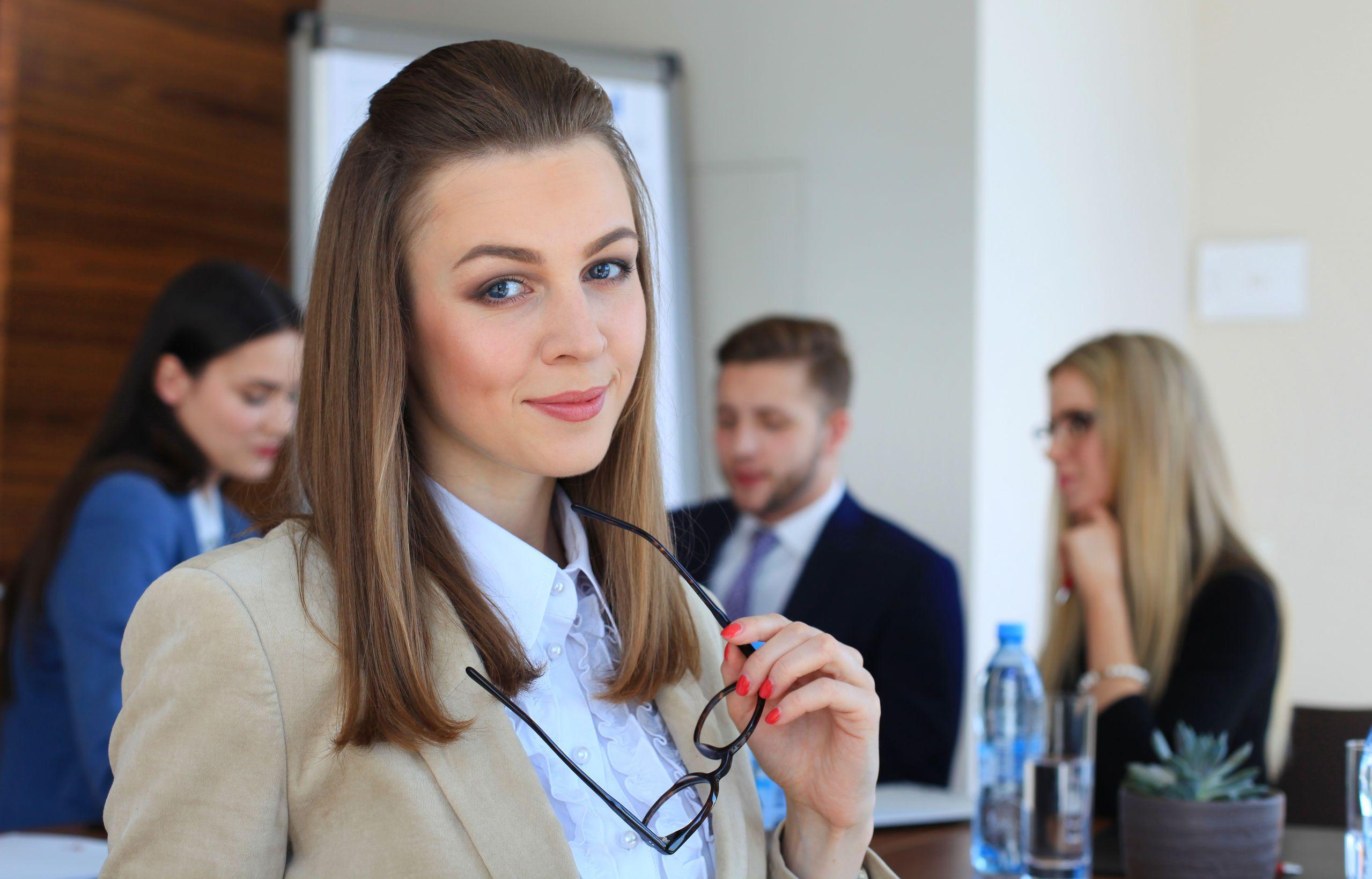 Un salariu pe zi în România: Cât câştigă o asistentă executivă în Bucureşti ?