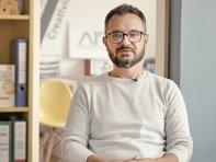 ZF Live. Andrei Pop, manager de proiect în cadrul programului Antreprenor Acasă: Pentru cei care se întorc în România, o afacere de tip start-up este mai mult decât o iniţiativă antreprenorială. Ei nu încep afaceri, ei îşi schimbă viaţa cu totul