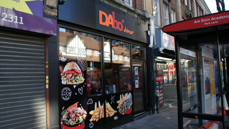 DAbo Doner, franciză deţinută de omul de afaceri Dan Paştiu din Sibiu, deschide al treilea restaurant în afara ţării, în Londra. Investiţia trece de 150.000 de euro