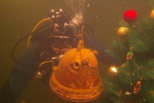 Crăciun SUBACVATIC la Covasna. Un brad a fost DECORAT cu globuri şi luminiţe, la 3 metri SUB APĂ
