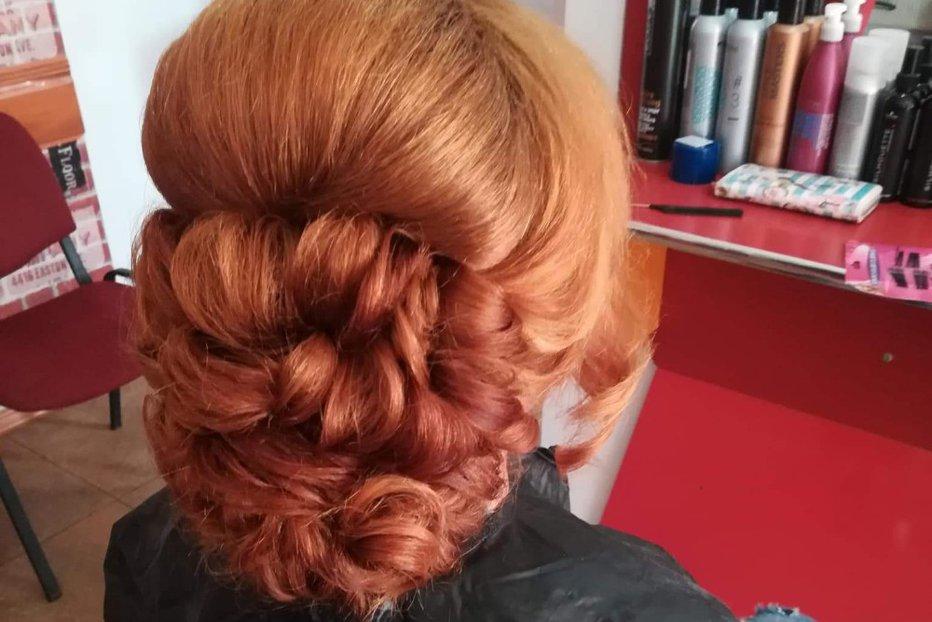 Bucle şi Cocuri Lejere Recomandate De Hairstylişti Saloanele De