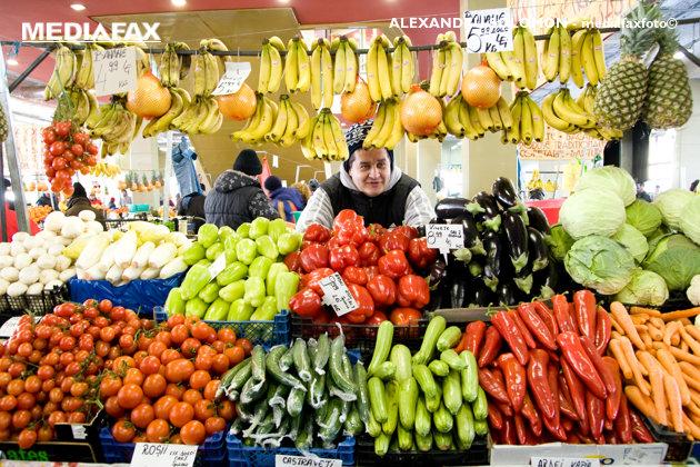 """Guvernul """"intră"""" în pieţe. La tarabe vor fi vândute doar legume-fructe româneşti, de producător"""