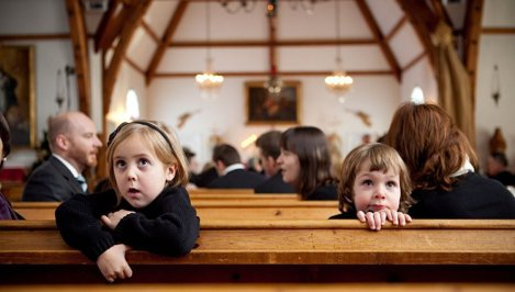În Nebraska, părinţii sunt arestaţi dacă minorii râgâie în biserică