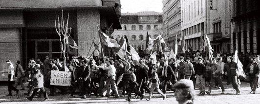 """Timişoara, 17 decembrie 1989. """"Ne-am prins de braţe, cântând «Deşteaptă-te, române» şi ne-am îndreptat spre soldaţi. Şi au început să tragă"""""""