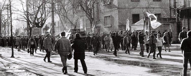 17 decembrie 1989. După-amiaza, la Timişoara, moare primul om. Până seara numărul morţilor ajunge la 59