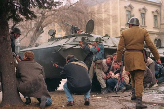 23 decembrie 1989. Lupta cu teroriştii se înteţeşte. În ţară, mor sute de oameni nevinovaţi