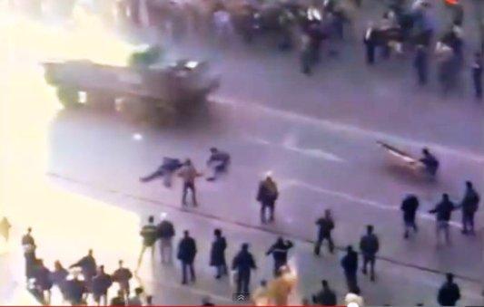 """21 decembrie 1989. Ziua în care mii de bucureşteni au strigat """"Jos Ceauşescu!"""" şi """"Libertate!"""". Baricada de la Intercontinental, primii morţi la Universitate"""