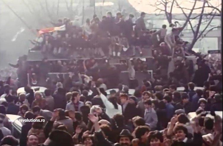 Revoluţionari cu pancarte anticeauşiste - 24 decembrie