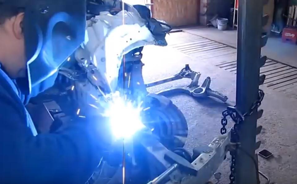 cum-se-repara-un-mecanic-rus-un-bmw-seria-7-grav-accidentat-video
