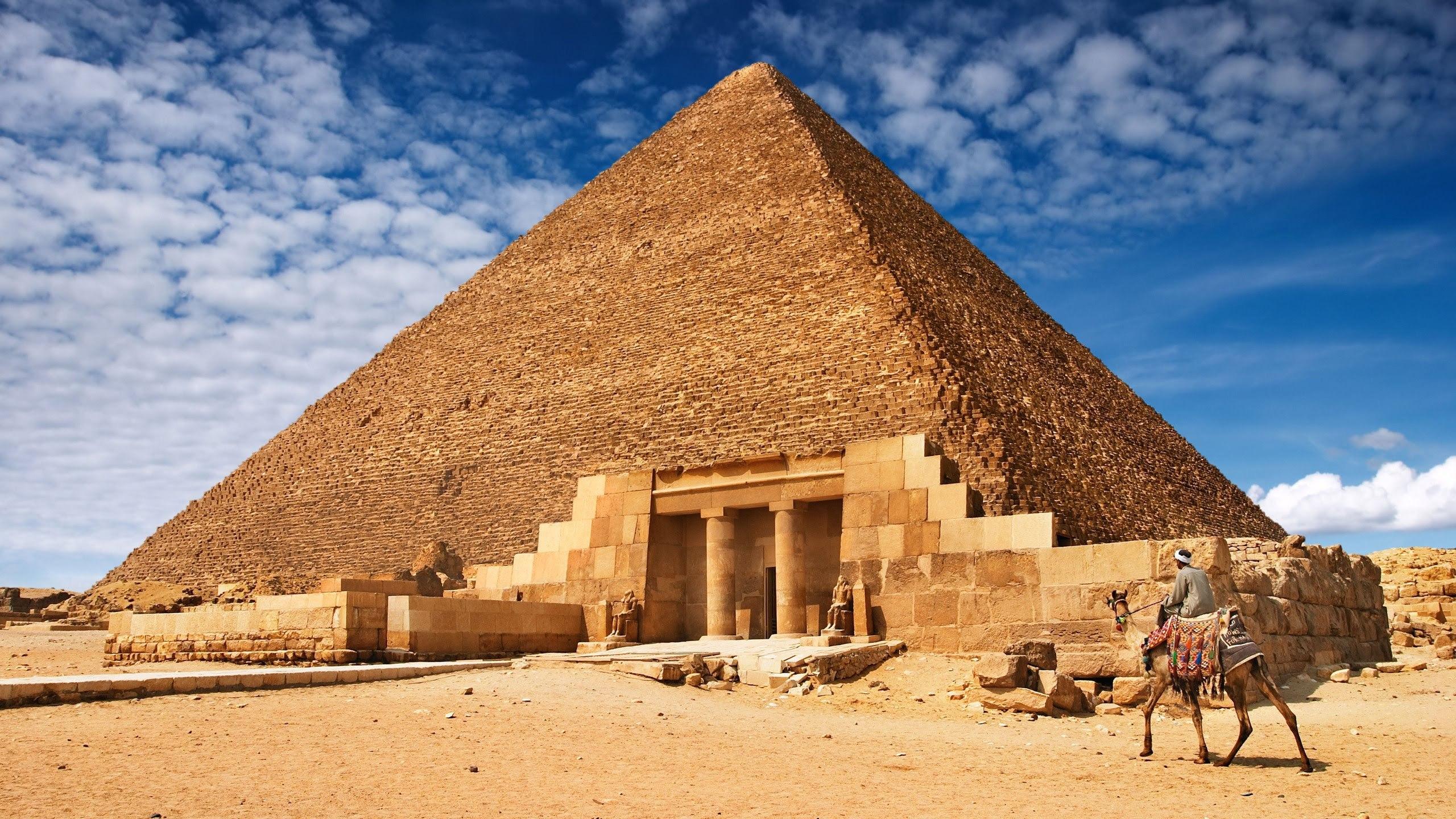 piramidele egiptene dating)