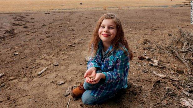 O fetiţă de 6 ani a descoperit o fosilă de 65 de milioane de ani in timp ce se juca in nisip de plictiseală. Vezi cum arată şi cât valorează aceasta