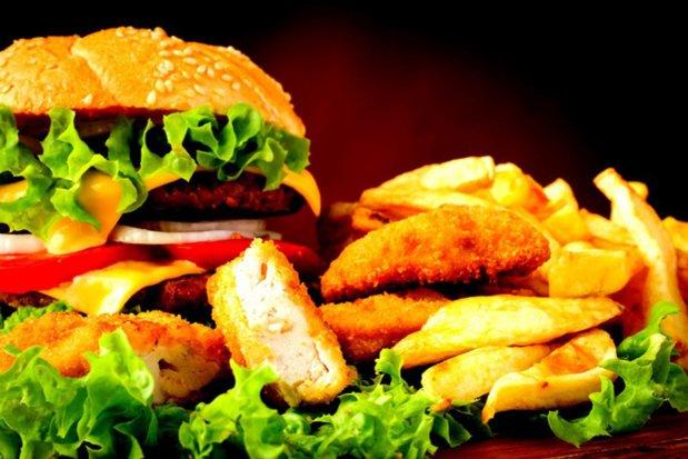 """Câţi bani a făcut în trei zile restaurantul românesc care """"se bate"""" cu McDonald's şi KFC"""