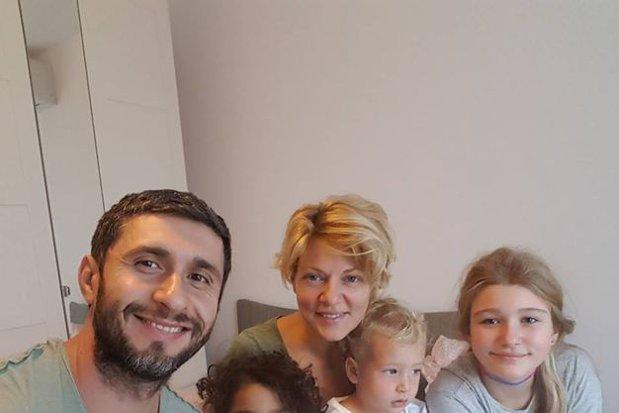 """Dragoş Bucur şi Dana Nălbaru folosesc metoda Montessori în educaţia celor trei copii ai lor. """"Independenţi"""