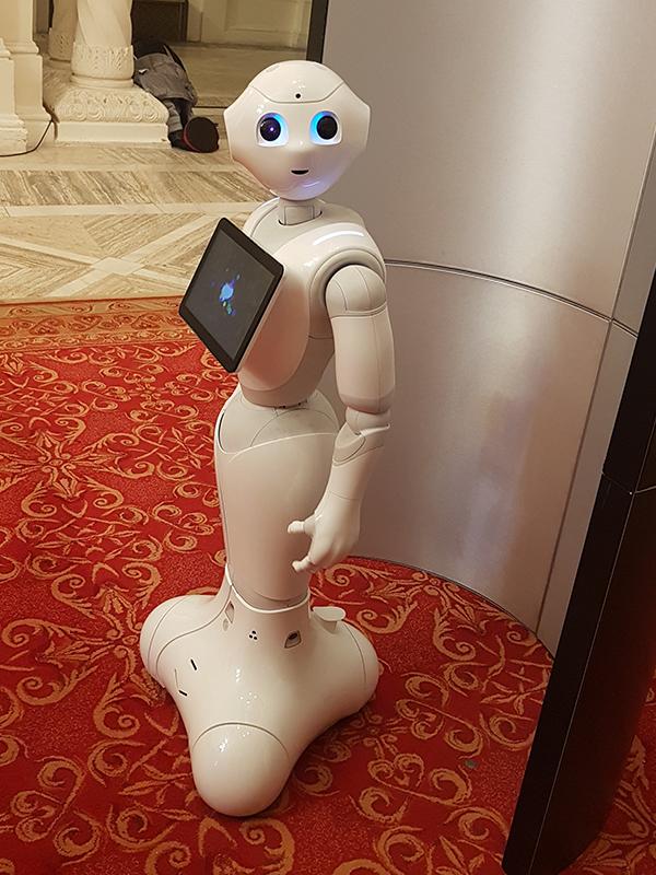 Cele mai noi tehnologii de plată ale Mastercard: roboţi umanoizi, oglinzi şi mese inteligente şi dispozitive care folosesc inteligenţa artificială sau realitatea virtuală
