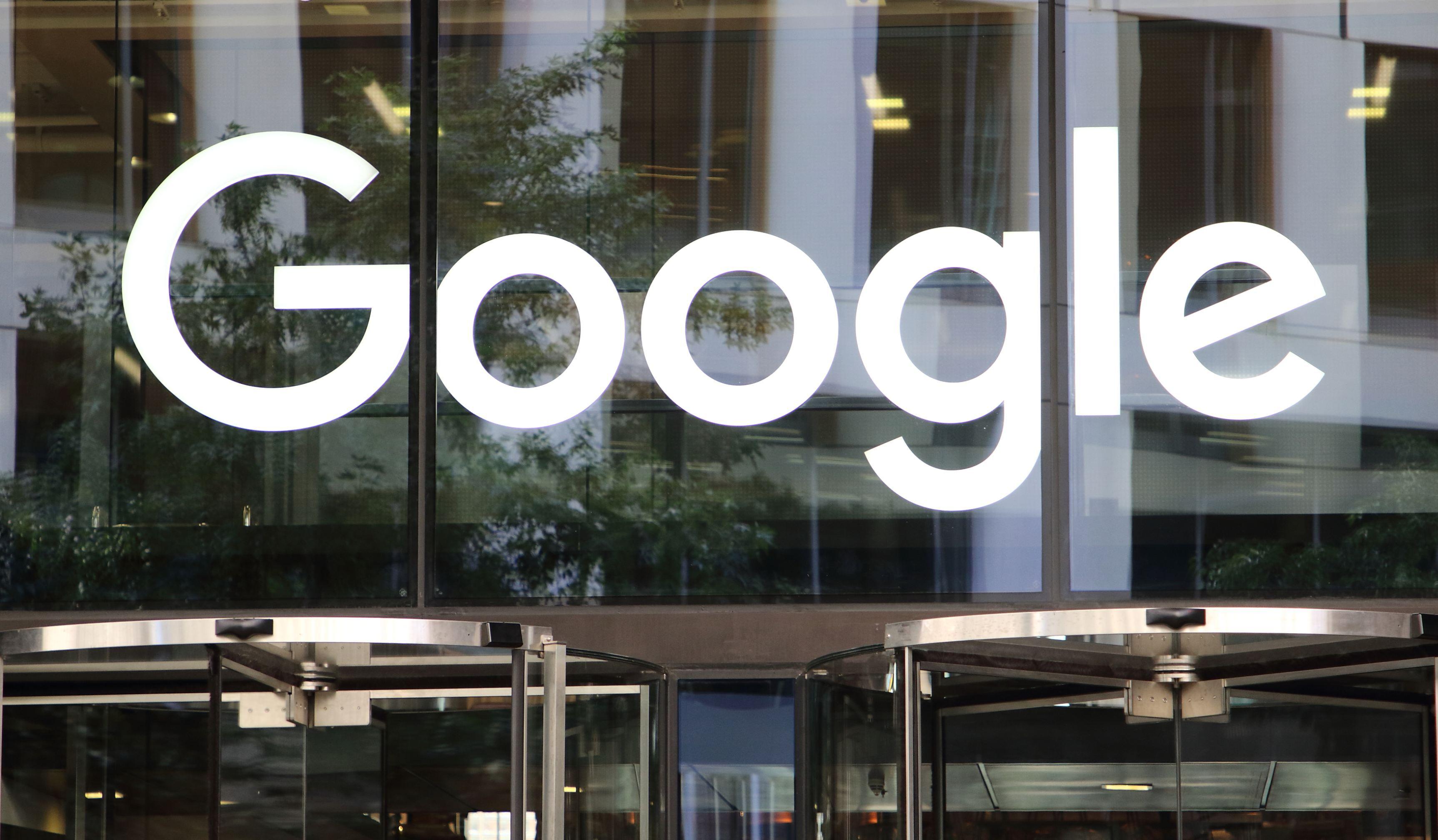 Google îngenunchează în Franţa şi îi va plăti pe editori şi jurnalişti pentru conţinut