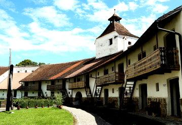 Locul superb aflat la câteva minute de Braşov, dar care nu este o staţiune de pe Valea Prahovei. Preţurile sunt aproape cu jumătate mai mici decât la cazările din Sinaia sau Predeal