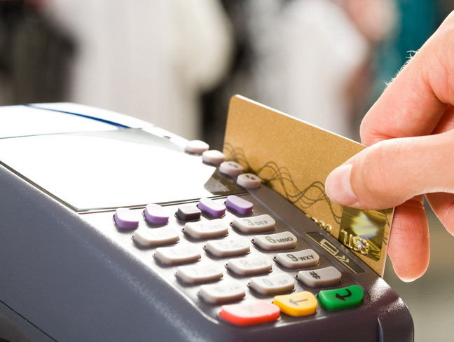 Încep desluşirile în scandalul cardurilor. Ar fi fost accesată fraudulos baza de date cu plăţile prin POS făcute la benzinăriille OMV