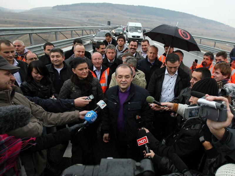 Boc şi Boagiu au inaugurat autostrada Arad-Timişoara. Drumul a fost testat cu o Dacie Duster - VIDEO
